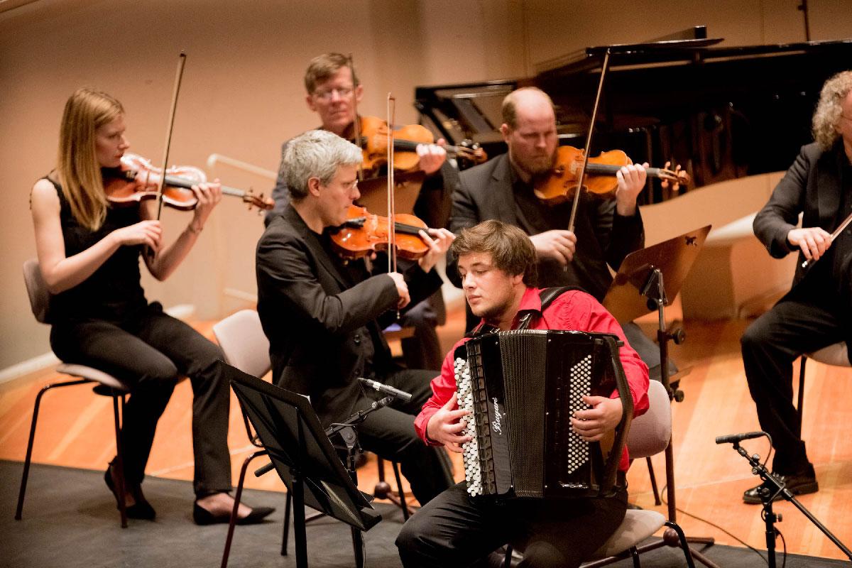 Der Solist Jean Baptiste Baudin (Akkordeon) aus Frankreich belegte beim Internationalen Akkordeon Wettbewerb Klingenthal 2014 den 1. Platz in Kategorie VI – Solisten ohne Altersbegrenzung mit virtuoser Unterhaltungsmusik.