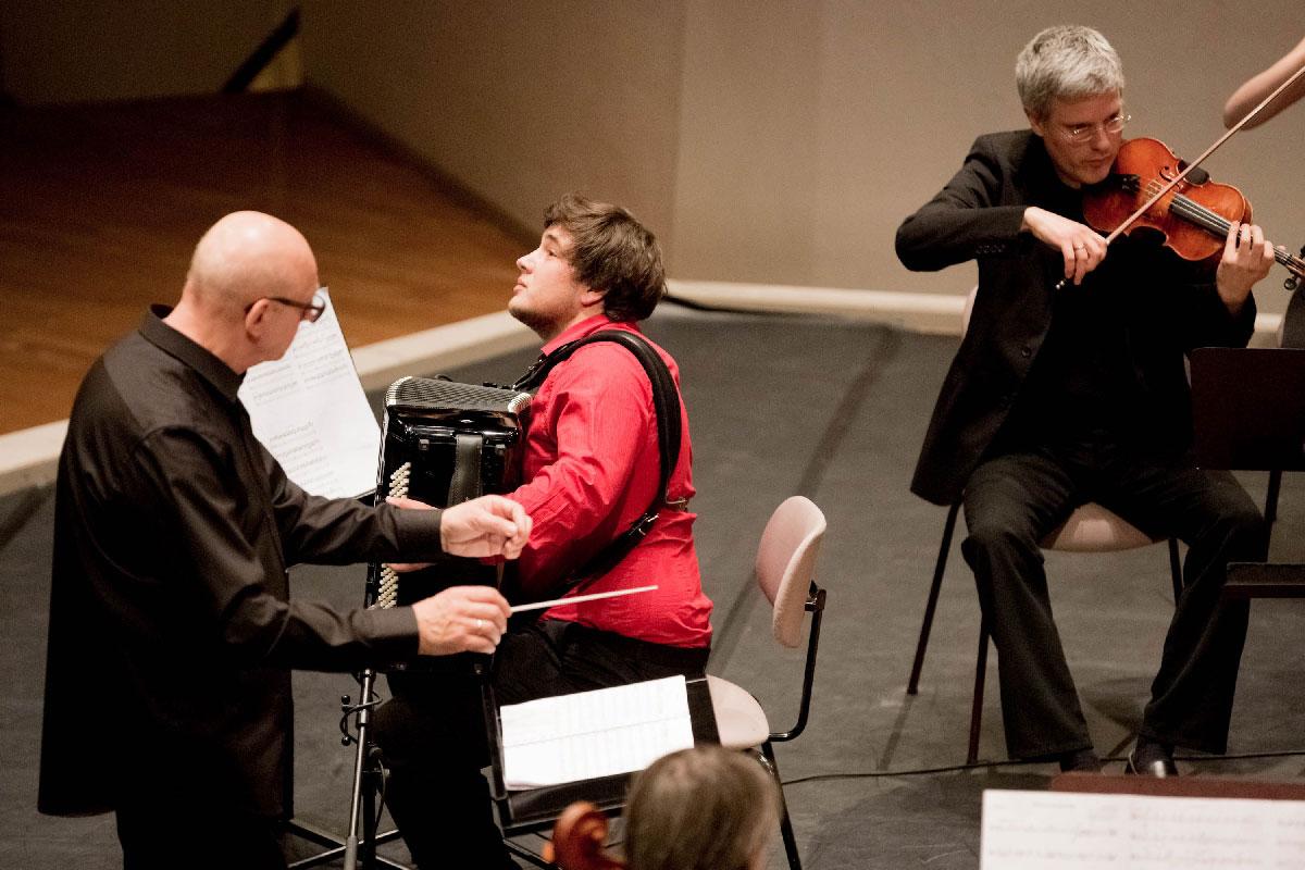 Jean Baptiste Baudin aus Frankreich spielt Primavera Portena von Astor Piazzolla – begleitet vom Streichorchester unter der Leitung von Viktor Bröse.