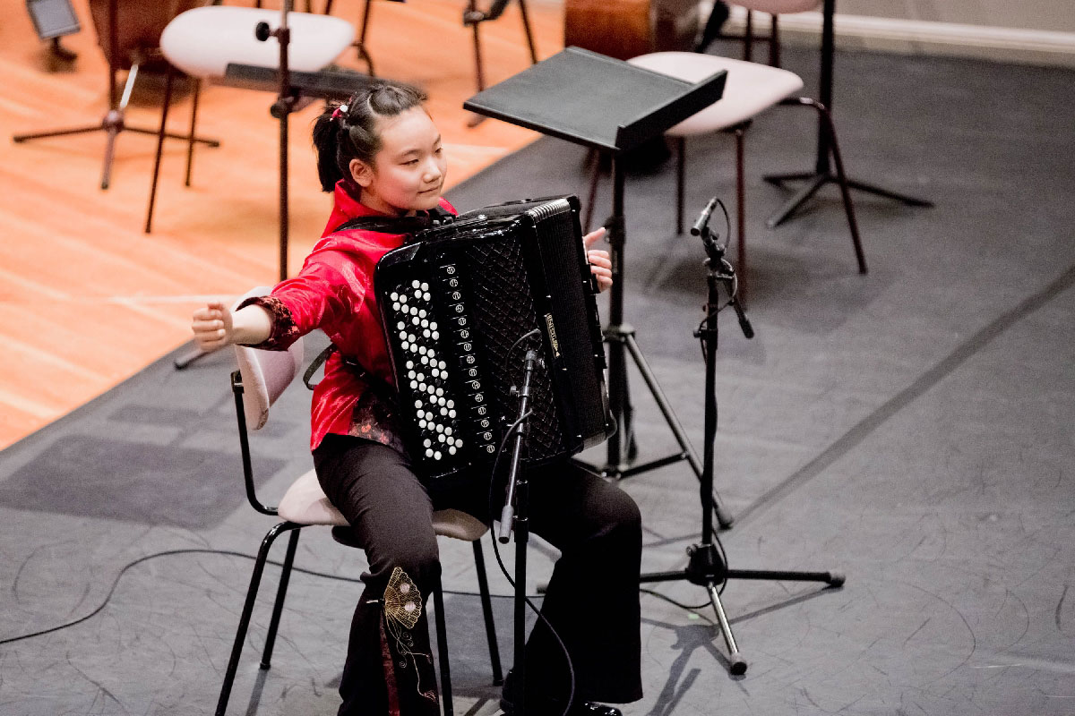 """Zihan Yue aus China, 1. Preis in Kategorie I, spielt zwei """"Bilder für Kinder"""" von Unto Jutila."""