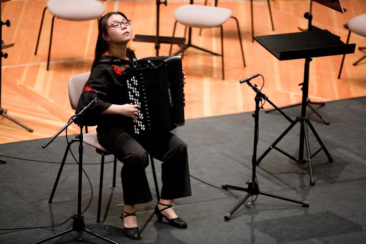 Yuhan Mei aus China, 1. Preis in Kategorie II, interpretiert die Sonata Nr. 2 von Vladislav Zolotaryov.