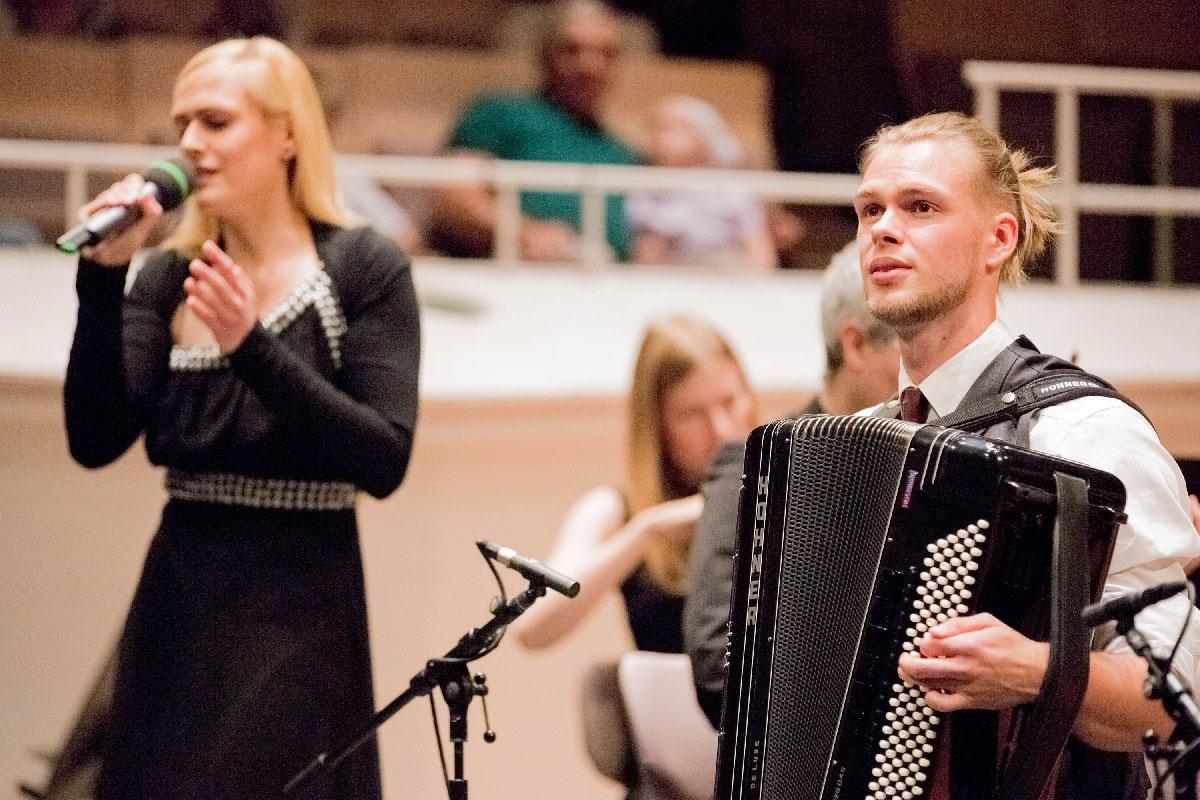 Leonie Kratz (Sopran) und Matthias Matzke (Akkordeon) aus Deutschland bringen die Eigenkomposition Meeres-Enge von Matthias Matzke zur Uraufführung.