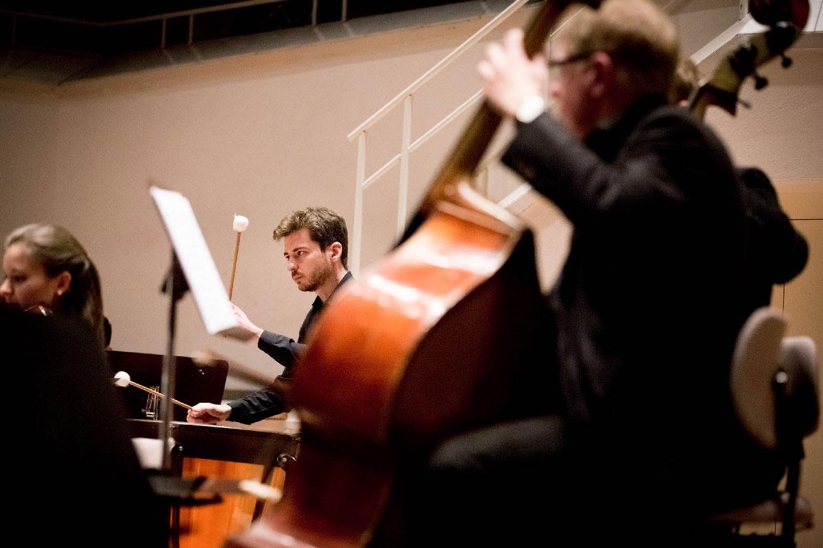 Begleitet werden Kratz und Matzke vom Streichorchester unter Leitung von Viktor Bröse.