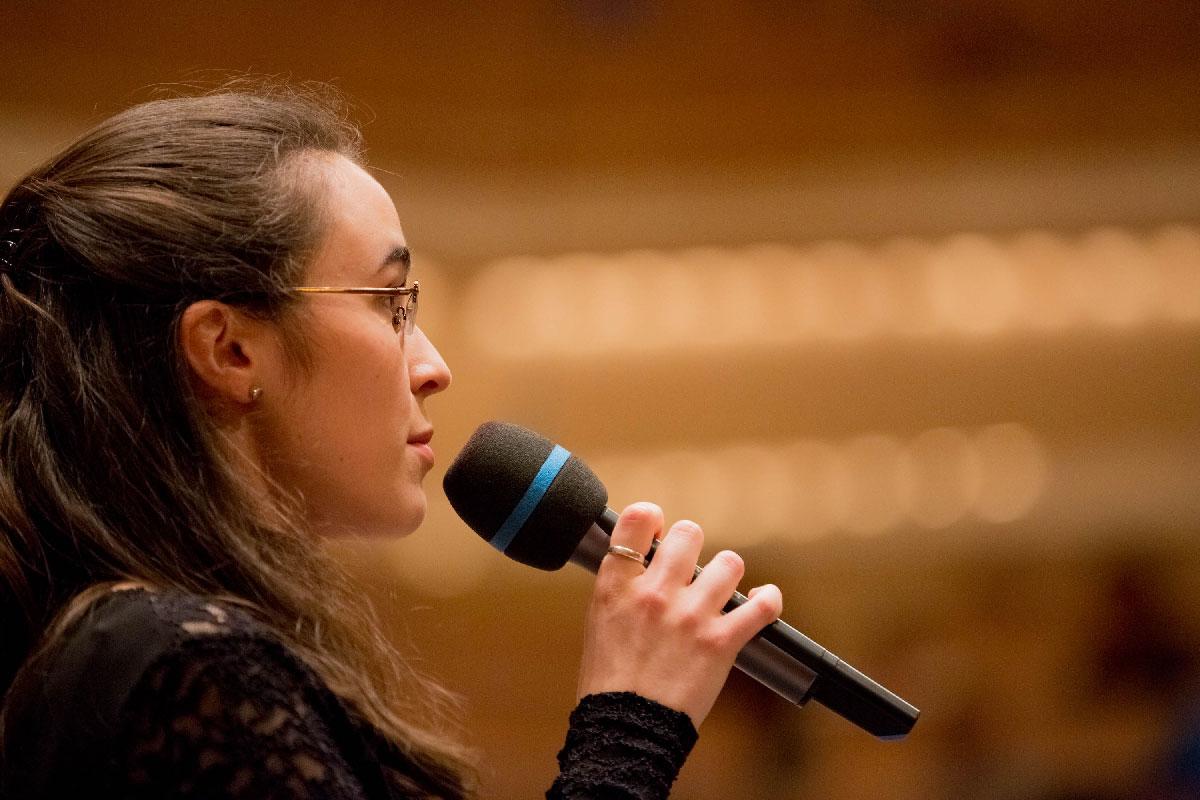Angela Weiss führt durch das Programm.
