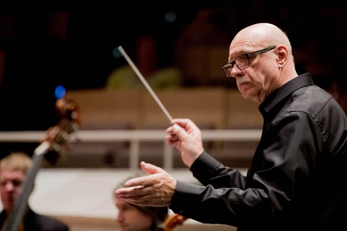 Viktor Bröse dirigiert das Streichorchester.