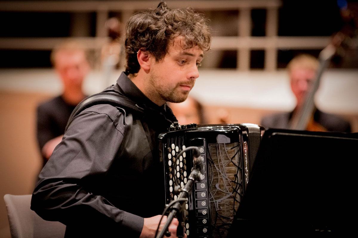 Samuele Telari (Akkordeon) aus Italien bringt – neben dem Choral Prelude von Evgeny Derbenko – die Toccata II von Domenico Turi zur Uraufführung.