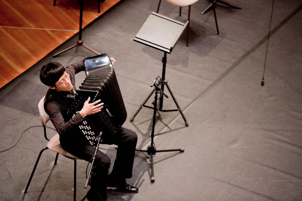 Junhao Mao aus China, 1. Preis in Kategorie IV, schlägt mit »2nd Movement of Yin and Yang« von Volodymyr Runchak eine Brücke zwischen den Kulturen.