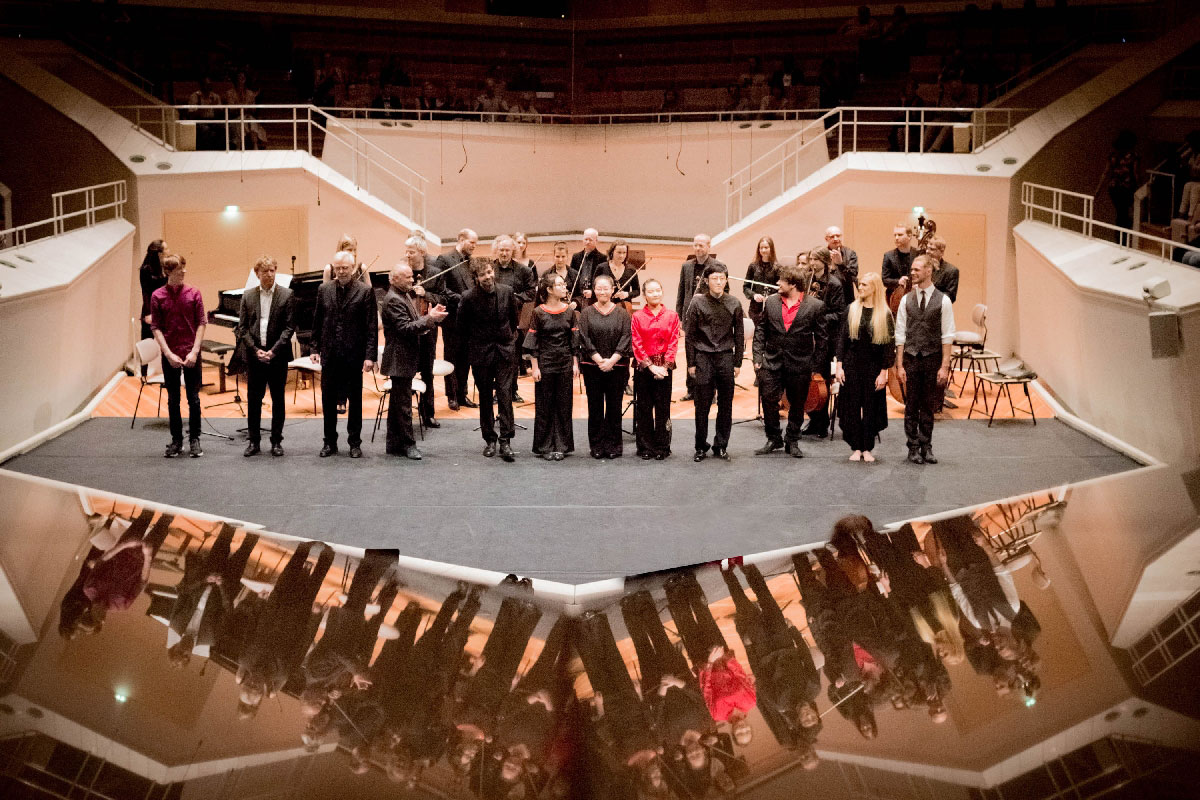 Am Ende des PhilHarmonika Konzertes versammeln sich die Musikerinnen und Musiker noch einmal auf der Bühne.