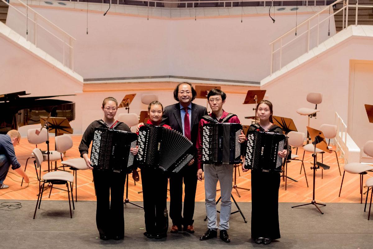 Großer Erfolg für China: In vier Kategorien errangen chinesische Akkordeonist/innen den 1. Preis des Internationalen Akkordeon Wettbewerbs.  Die Preisträger/innen von links nach rechts: Jinghan Lin, Zihan Yue, Junhao Mao, Yuhan Mei.