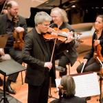 Das Streichorchester unter der Leitung von Viktor Bröse begleitet den Akkordeonisten Jean Baptiste Baudin aus Frankreich.