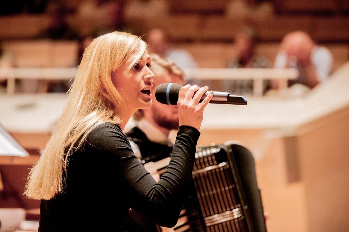 Sängerin L. Kratz mit M. Matzke (Deutschland)