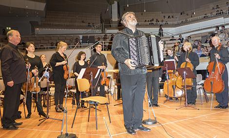 Akkordeon-Solist Vladimir Zubitsky aus der Ukraine mit Orchester. Foto: E. Neubauer